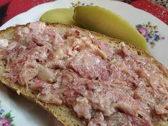 SUROVINY: 1kg vepřového bůčku bez kosti s kůží (prorostlejšího) 1,5kg vepřového plecka (může být prorostlejší) ½ čajové lžičky mletého bílého pepře 3 čajové lžičky Pragandy (kdo nechce, může dát mořskou sůl) 1 čajová lžička celého kmínu 2 čajové lžičky moučkového cukru 2 čajové lžičky sušeného česneku nebo 3-4 stroužky čerstvého 500ml vody  POSTUP PŘÍPRAVY: Z této dávky jsem měla 4 velké sklenice o objemu 720ml a jednu asi do čtvrtky. Kůži z bůčku odřízneme a dáme ji bokem. Maso nakrájíme…