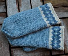 Ravelry: Boring Blue pattern by Lanja Sámsdóttir Knitted Mittens Pattern, Knitted Slippers, Knit Mittens, Knitted Gloves, Knitting Socks, Hand Knitting, Knitting Patterns, Wrist Warmers, Hand Warmers