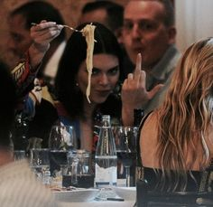 Kendall Jenner flipping the paparazzi off while eating a plate of spaghetti 😂 Boujee Aesthetic, Bad Girl Aesthetic, Aesthetic Collage, Aesthetic Photo, Aesthetic Pictures, Estilo Jenner, Estilo Kardashian, Robert Kardashian, Kardashian Jenner