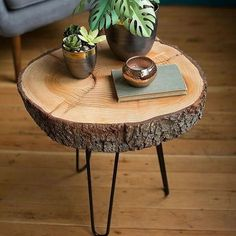 From just looking at these DIY wood projects, you might be feeling a bit unsure of yourself, but we promise you have nothing to worry about. You'll be surprised to find that this Very Easy Wood Slice DIY Table is actually pretty simple to make. Diy Wooden Planters, Wooden Diy, Wooden Crafts, Décor Crafts, Driftwood Crafts, Garden Planters, Diy Coffee Table, Diy Table, Wood Slice Coffee Table