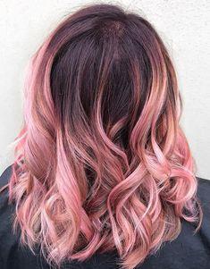 Румяно-розовый омбре на локонах средней длины