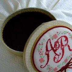 Scatola in cartone rivestita con tessuto ed impreziosita con medaglione ricamato a mano.