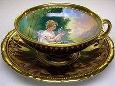 Šálek na čaj * zlacený porcelán s malovaným obrázkem.