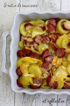 Gratin de pommes de terre, saucisses et reblochon pour 4 : 8-10 pommes de terre - 1 oignon - 4 grosses saucisses toulouse -1 verre de vin blanc - 1 verre d'eau- herbes de provence   Préchauffez le four à 190°. Epluchez les pommes de terre. COupez les en gros morceaux -  Placez les saucisses (sans les percer)et les pommes de terre autour. Versez l'eau et le vin blanc. Poivrez et parsemez d'herbes de provence. Enfournez pendant 1 heure