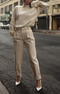 Nude blouse and pants with white shoes - Hair Style Elegantes Business Outfit, Elegantes Outfit, Work Fashion, Trendy Fashion, Winter Fashion, Fashion Trends, Fashion Spring, Classy Fashion, Monochrome Fashion