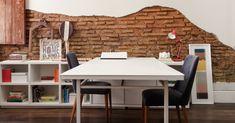 : Uma mesa antiga ganhou novo tampo em marcenaria branca e foi combinada a vários nichos para livros e objeto de decoração. O escritório tem estilo rústico, reforçado por tijolos a vista