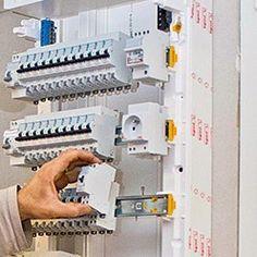 installation des disjoncteurs d'un tableau électrique