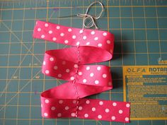 Coffee & Bananas: boutique-style hair bows Pink Hair Bows, Ribbon Hair Bows, Ribbon Flower, Boutique Bows, Boutique Bow Tutorial, Hair Bow Tutorial, Flower Tutorial, Pinwheel Bow, Diy Hair Accessories