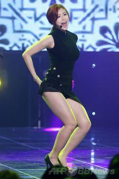 韓国・ソウル(Seoul)の麻浦(Mapo)区・上岩洞(Sangamdong)にある「ヌリクム・スクエア(Nuridream Square)」で行われた、MBC MUSICの音楽番組「ショー!チャンピオン(Show! Champion)」の収録でパフォーマンスを披露する、ガールズグループ「シークレット(Secret)」のチョン・ヒョソン(Jeon Hyo-Seong、2014年5月28日撮影)。(c)STARNEWS ▼6Jun2014AFP|音楽番組「ショー!チャンピオン」、豪華な顔ぶれが出演 http://www.afpbb.com/articles/-/3016961 #Jeon_Hyo_Seong