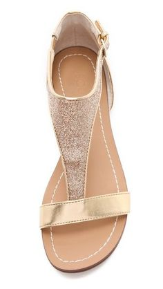 Sandals Summer chaussures pailletes - There is nothing more comfortable and cool to wear on your feet during the heat season than some flat sandals. Glitter Sandals, Cute Sandals, Flat Sandals, Shoes Sandals, Heels, Gold Sandals, Pretty Shoes, Beautiful Shoes, Cute Shoes