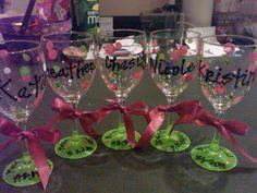 Copas personalizadas con pintura para recordar una ocasión (por ejemplo, una fecha de nacimiento o, como en el diseño, un matrimonio)