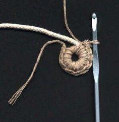 Sajong: Coaster: starting crochet around rope or piping. Crochet Round, Crochet Home, Crochet Crafts, Crochet Doilies, Crochet Stitches, Crochet Projects, Knit Crochet, Crochet Patterns, Crochet Mermaid