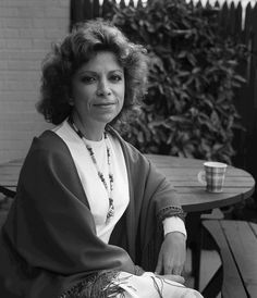 Isabel Allende: A famous Chilean writer her novels are often based upon her personal experience and pay homage to the lives of women, while weaving together elements of myth and realism. Jane Austen, Great Thinkers, Writers And Poets, Literature Books, People Of Interest, Book Writer, Playwright, Good Books, Persona
