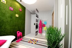 Bringing green to indoors. Would be cool to have one of the walls covered with artificial grass. Fits perfectly with white walls.