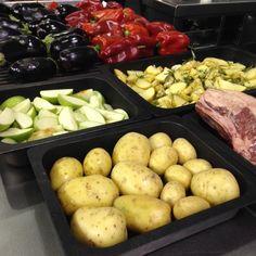 Preparando verduras en el stand de JOSPER en la feria Host Milano.