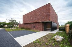 This architect's house is situated on a corner plot in the green area of the Meuse valley. The typical red shaded brick in combination with the black alumi...