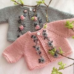 Baby Knitting Patterns Sweter Clothes for handmade dolls. Baby Knitting Patterns, Knitting For Kids, Hand Knitting, Knitted Baby Cardigan, Knit Baby Sweaters, Knitted Baby Clothes, Baby Summer Dresses, Baby Dress, Crochet Baby