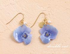 艶めくお花のフックピアス(ビオラ ブルー)です。布プリントしたお花に、たっぷりと樹脂をかけました。艶があり、光があたるとつやつや光りますので、とっても綺麗です...|ハンドメイド、手作り、手仕事品の通販・販売・購入ならCreema。