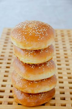 Bułki hamburgerowe przepis   Sprawdzona Kuchnia Burger Buns, Dinner Recipes, Food And Drink, Menu, Bread, Breakfast, Cake, Drinks, Thermomix