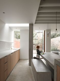 Ingersoll Road House is an extension ad re-furbishment project by London based architecture practice McLaren Excell. Concrete Kitchen, Concrete Houses, Concrete Floor, Modern Interior Design, Interior Architecture, Kitchen Interior, Kitchen Design, Homes England, London House