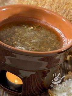 Bagna cauda (for vegetable sauce) - La Bagna cauda (salsa per verdure) è preparata con acciughe, olio e aglio, ed è arricchita nelle diverse varianti con altri ingredienti.