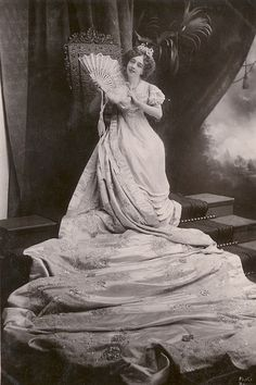 Deeply lovely Edwardian stage actress May De Sousa sporting, what has to be, one of the longest trains I've ever seen on a non-wedding tress. #Edwardian #actress #May_de_Sousa #dress #1900s #vintage #stage #beautiful #fan