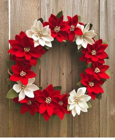Best 12 Kúpili len kruh z polystyrénu za pár drobných: Keď Poinsettia Wreath, Christmas Poinsettia, Felt Christmas, Crochet Christmas Wreath, Easy Christmas Ornaments, Xmas Wreaths, Simple Christmas, Felt Decorations, Christmas Decorations