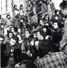Η πρώτη επέτειος του Πολυτεχνείου συμπίπτει με τις πρώτες εκλογές που γίνονται στις 17 Νοεμβρίου 1974. Στα σκαλιά του Πολυτεχνείου –σύμβο- λο πια της Δημοκρατίας– η Μαρία Φαραντούρη, ο Αντώνης Καλογιάννης και ο Νίκος Ξυλούρης, τραγουδούν ξανά τα «Τραγούδια της Φωτιάς» που είχαν δώσει παλμό στους αγώνες της αντιδικτατορικής νεολαίας