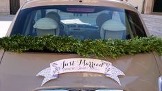 Boda de Laura y Jose. Coche Nupcial decorado con guirnalda de Boj by O Siestro. #fiat500 ¡Mola!   Boda, wedding, bride, bridal, groom, party, celebration, congratulations, flores, flowers, coche nupcial, fiat 500
