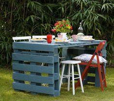 Met hun robuuste uiterlijk bieden pallets heel wat creatieve mogelijkheden. Wij maken er een stevige tuintafel van.