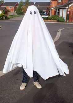 Sheet ghost Halloween costume with genius tip to stop it slipping. Simple last minute costume idea perfect for World Book Day or Halloween Ghost Costume Sheet, Sheet Ghost, Ghost Halloween Costume, Ghost Costumes, Diy Halloween Costumes For Kids, Easy Costumes, Halloween Outfits, Vintage Halloween, Devil Costume