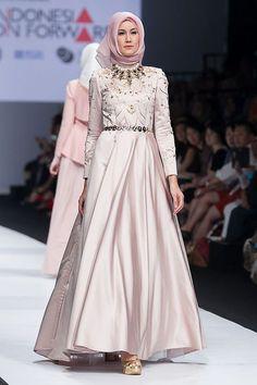 JFW 2015 # Indonesia Fashion Forward – Norma Hauri – The Actual Style Necklace! Hijab Abaya, Hijab Gown, Abaya Mode, Mode Hijab, Abaya Fashion, Modest Fashion, Pretty Dresses, Beautiful Dresses, Moslem Fashion