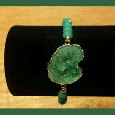 NATURAL AGATE DRUZY GEODE SLICE BRACELET Genuine Natural Agate Druzy Slice  Gold filled 6 mm green beaded bracelet  Stone size approximately 15 -30mm Thickness 5-7mm Inner chain 50mm Weight 8 grams Lead & Nickel free Stunning for a night out, or a gift❤✌ BOTIQUE  Jewelry Bracelets