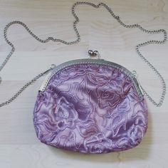 #mala #violeta #ornamentos #prateado #personalizar #bag #violet #ornaments #silver #personalized Coin Purse, Wallet, Purses, Handmade, Crafts, Instagram, Handbags, Hand Made, Manualidades