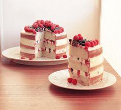 Это бисквитный торт с бесподобным сырным кремом и огромным количеством спелых ягод. Мой первый голый торт, который с первого раза получился …