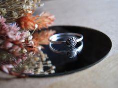 Bague à la rose art déco | Etsy Rose Art, Titanium Rings, Deco, Iris, Wedding Rings, Engagement Rings, Stuff To Buy, Etsy, Jewelry