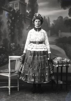 """Decs, Sárköz  1860. Sárközi bogláros """"tülök párta"""" Jankó János gyüjtése 1900-ban Hungarian Embroidery, Learn Embroidery, Embroidery For Beginners, Embroidery Art, Embroidery Patterns, Fashion History, Fashion Art, Costumes Around The World, Folk Clothing"""