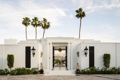 A Sweeping Palm Springs Villa That Redefines Glamour - At San Simeonita in the Coachella Valley, designer Anthony Cochran restored the property's megawatt luster with a modern sensibility Palm Springs Häuser, Palm Springs Villas, Palm Springs Style, Facade Design, Exterior Design, House Design, Modern Exterior, Architectural Digest, Beautiful Architecture