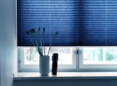 niebieskie żaluzje plisowane - plisy - minimalistyczne aranżacje