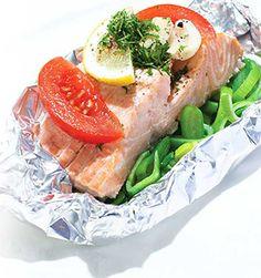 Open dit lekkere vispakketje uit de oven met zalm en groenten pas op je bord, dan komen de heerlijke geuren je tegemoet.