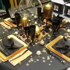 New Years Eve Decorations, Silver Christmas Decorations, Diy Birthday Decorations, Christmas Table Settings, Gold Christmas, Christmas And New Year, Deco Cinema, Table Centerpieces, Table Decorations