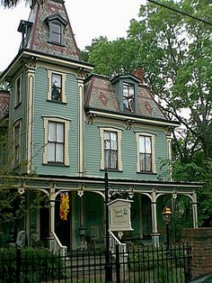 Victorian house colors ideas 11 Source by mozziealong . Victorian Style Homes, Victorian Cottage, Victorian Design, Victorian Era, Victorian Windows, Victorian Interiors, Victorian Buildings, Victorian Architecture, Abandoned Houses