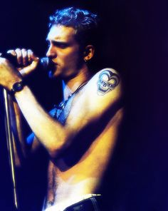Layne Staley Singing Holding the mic Shoulder tattoo Eyes closed Layne Staley, Grunge Party, Mad Season, Alice In Chains, Sing To Me, Eddie Vedder, Most Beautiful Man, My Favorite Music, Music Is Life