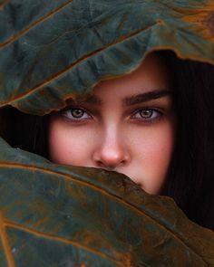 Leaf me alone 🍃 girl blue eye portrait retrato beautiful makeup garota Dark Portrait, Foto Portrait, Creative Portrait Photography, Photography Poses Women, Creative Portraits, Artistic Photography, Amazing Photography, Autumn Photography, Photography Classes