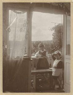 Waldemar Titzenthaler   Marba en Eckart Titzenthaler, kinderen van de fotograaf, in een interieur, Waldemar Titzenthaler, c. 1917  