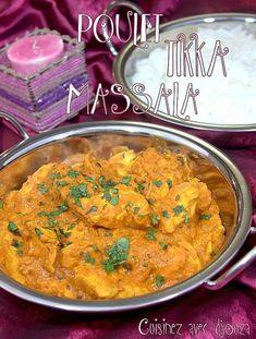 Le poulet tikka se présente en brochette avec du poulet en marinade dans une sauce au yaourt et d'épices indiennes (massala) puis cuit au four.