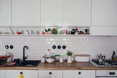 Dizajnérka Miša Chmelíčková navrhla veselú zubnú kefku a vpustila nás do jej bielo-farebného sveta | Apríl