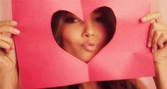 Гифка: воздушный поцелуй