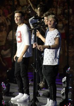 Niall's like SQUIRREL!!!