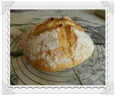 Le pain cuit, posé sur une grille.